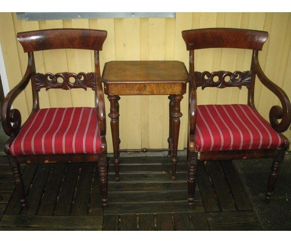 Sybord, 2 stk nybetrukne karmstole samt et ældre, lidt