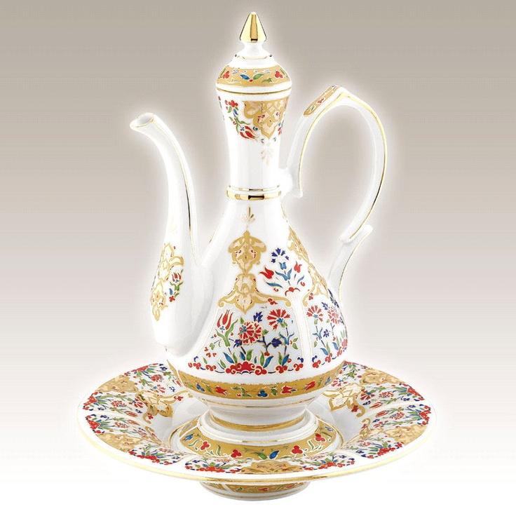 El Yapımı Sürahi Takımı No. 2  Kütahya Porselen Ürün Kodu : IB03LT01412    El Yapımı Sürahi Takımı klasik Osmanlı motifleri ve sırüstü tekniği ile saf altınyaldız kullanılarak özel olarak üretilmiştir.Ürün 4 parçadan oluşmaktadır. ibrik, ibriğin oturduğu kaide, tabak, ibrik kapağı takımı oluşturan Parçalardır.