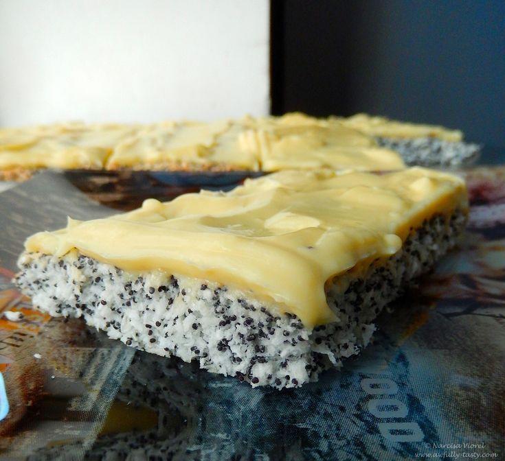 Prăjitură cu mac, nucă de cocos și cremă de vanilie