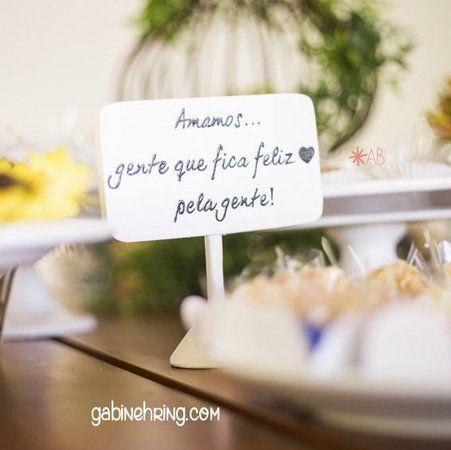 Decore as mesas do seu casamento com as plaquinhas de pezinho brancas da Linha Urbana! Confira esse charme!