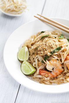 Le Pad Thaï est un plat traditionnel thaïlandais dans lequel sont sautés au wok;nouilles,crevettes, etgraines germées... Vous pouvez y ajouter à votre convenance un peu de piment rouge ou du tofu grillé.