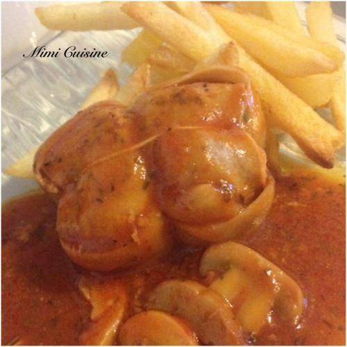 """Paupiettes de veau à la tomate Pour 4 personnes 6 paupiettes 150gr de champignons de Paris Une boite de 250gr de tomates pelées 1 oignon 1 gousse d'ail Herbes de Provence 20cl de vin blanc sec 2 c.à soupe de fond de veau 1 c. à soupe d'huile d'olives Sel, poivre - Éplucher et émincer l'oignon et l'ail - Mettre l'huile d'olives dans la cuve avec l'oignon, l'ail et les paupiettes - Dorer - Ajouter les autres ingrédients. Remuer - 15 minutes en mode """"cuisson rapide"""""""