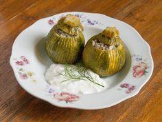 Kıymalı Girit Kabağı Dolması  -  Fügen Büke #yemekmutfak.com Girit kabağı veya Kıbrıs kabağı denilen tombul ve şirin kabaklar son derece lezzetli oluyor. Etli Girit kabağı dolmasının hem tadını, hem de görünümünü çok seveceksiniz.