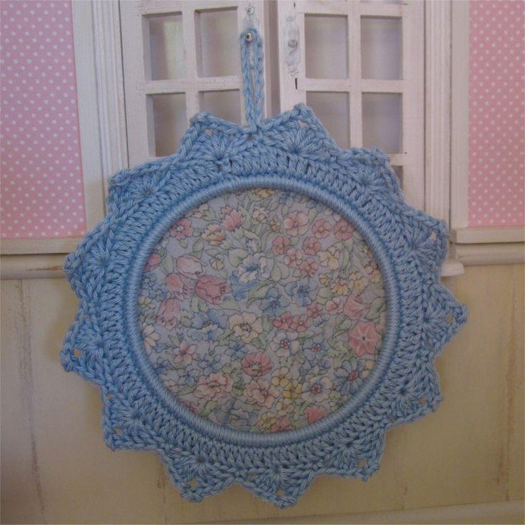 Petit cadre bleu ciel avec bordure au crochet : Décorations murales par atelier-crochet