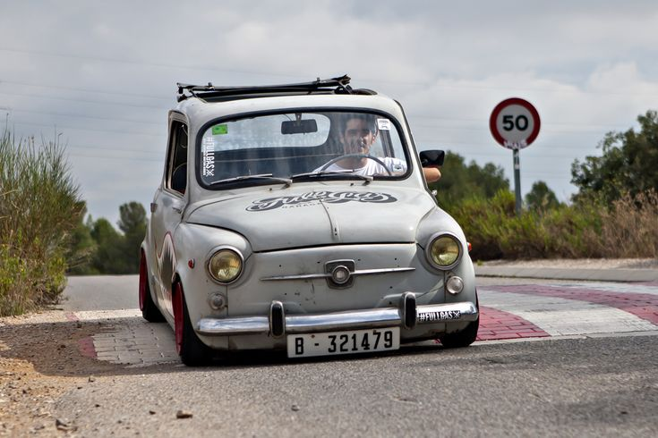 """Ortodoxos del automovilismo, pasen de largo, este post no es para vosotros. Os podría provocar pesadillas. La visión de un SEAT 600 D de 1968 personalizado al estilo """"rat"""" puede que no sea del gusto de todos, pero en el fondo es una muestra más de lo importante que fue el SEAT 600 para la sociedad española."""
