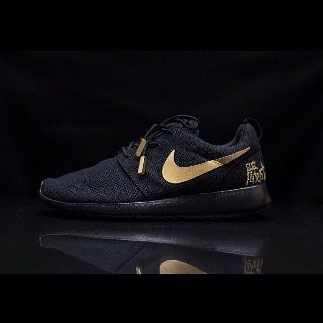 Black and Gold Custom Roshe Run, this is beautiful