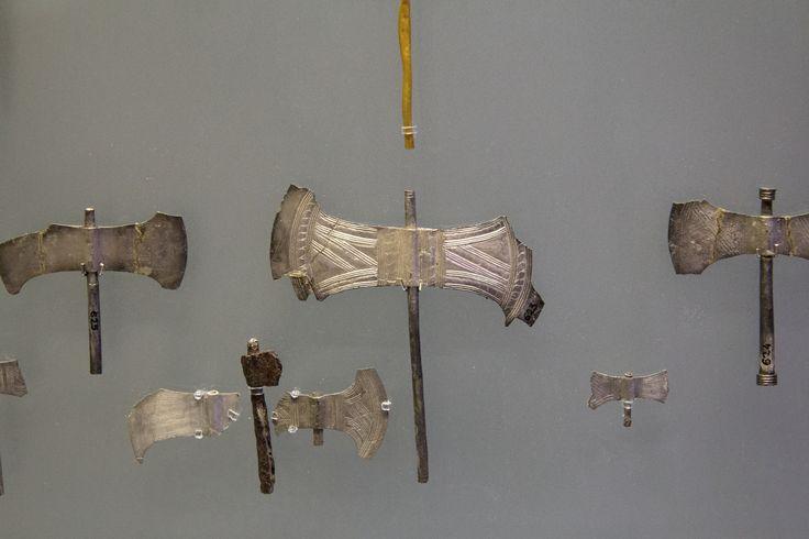 Votive_double_axes,_silver,_Arkilochori_Cave_(Crete),_1700-1450_BC,_AMH,_145144.jpg (4933×3289)