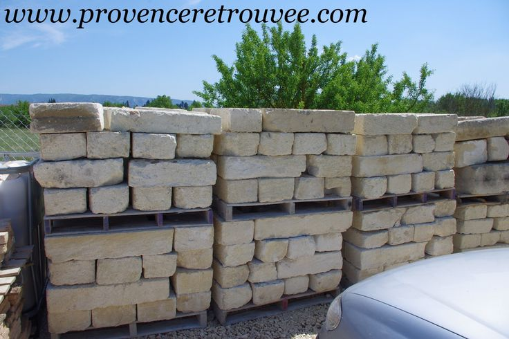 Blocs de pierre anciens permettant de réaliser des encadrements de porte ou de fenêtres mais aussi des murets...
