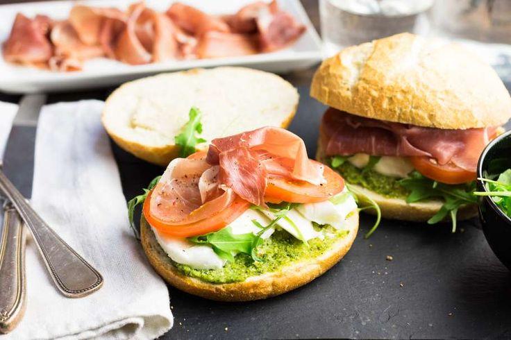 Recept voor italiaans broodje voor 4 personen. Met olijfolie, peper, ciabattabroodje, groene pesto, mozzarella, prosciutto, rucola en tomaat