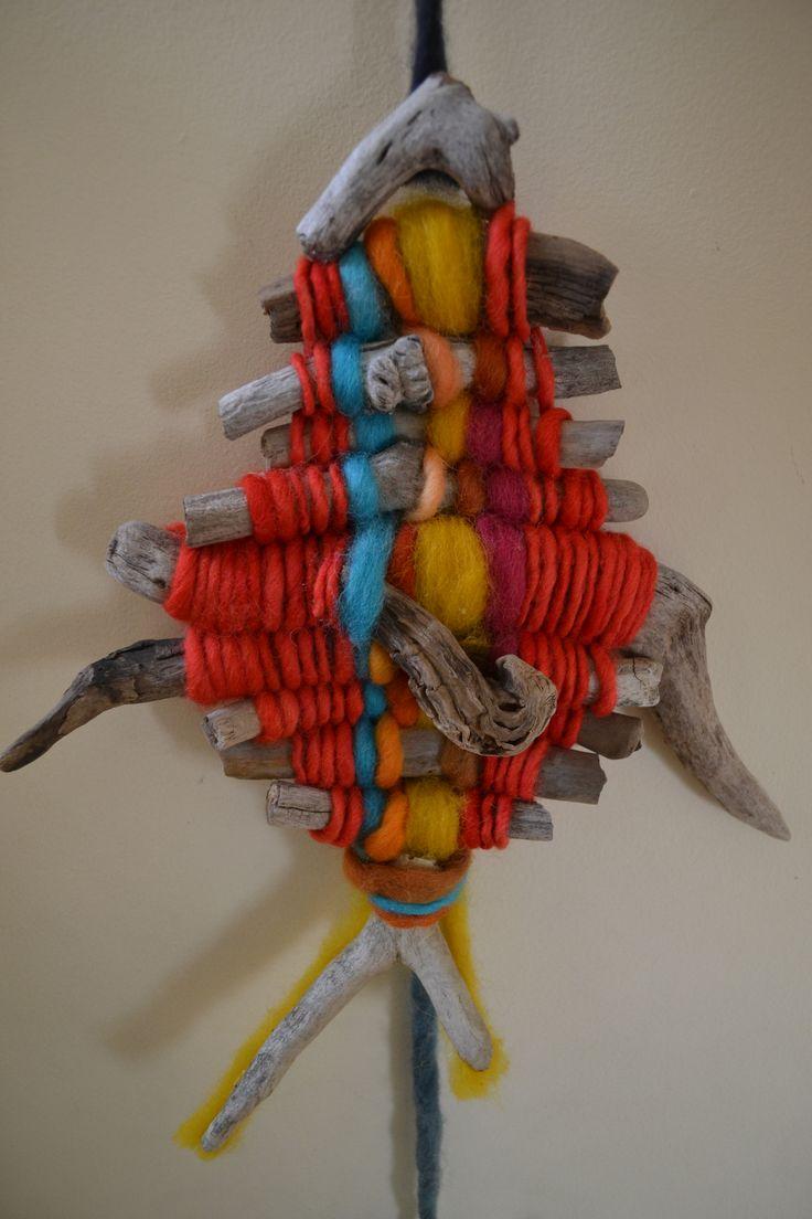 Telar con palos y lana en forma de pez..