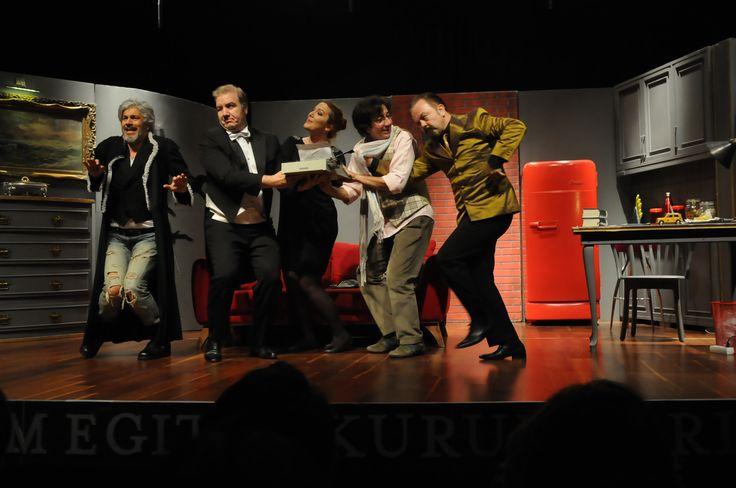 Anabilim Okul Aile Birliği'nin katkılarıyla gerçekleşen ve Anabilim velileri, çalışanları ile lise öğrencilerine özel olarak sahnelenen tiyatro gösterisi, 2 perdede oynandı. Mustafa Arıkoğlu'nun yazdığı oyun, Uğur Babürhan'ın yönetmenliğinde sahnelendi.