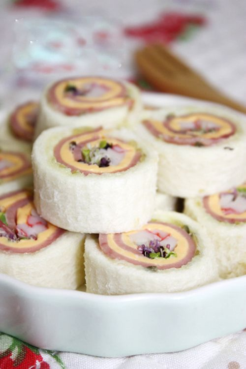 Rolled white bread sandwich Sushi style-in another language but easy to understand the recipe from the photos
