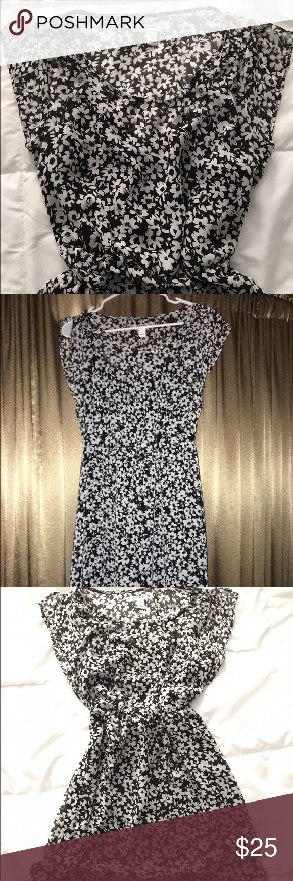 Old Navy Dress Old Navy black and white flower patterned dress. Size small. Old Navy Dresses