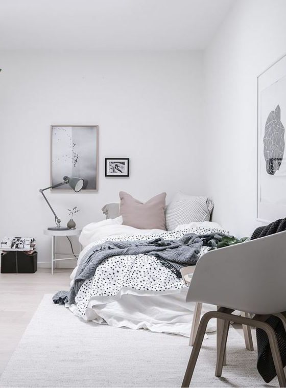 Witte slaapkamer met grijze bureaulamp - bekijk en koop de producten van dit beeld op shopinstijl.nl