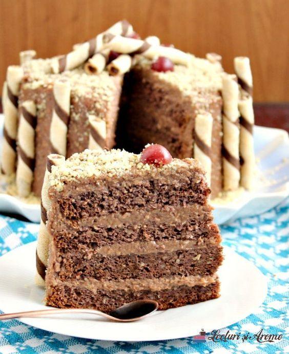 Tort cu nuca si crema de ciocolata cu napolitana. Tort simplu cu blat de nuca. Tort cu crema de ciocolata. Tort decorat simplu