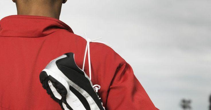 Como colocar o cadarço em uma chuteira Nike Mercurial. A chuteira Nike Mercural tem uma cobertura de cadarço que cobre os cordões inferiores, criando uma superfície suave para atingir a bola e minimizar o impacto irregular que pode alterar seu caminho. Infelizmente, essa cobertura ajuda o jogador no campo, mas pode ser complicado passar as ponteiras plásticas pelos encaixes inferiores. Utilizar uma ...