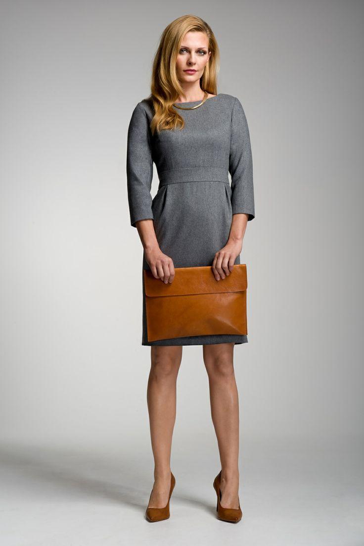 Kobieca sukienka Eufemia z kolekcji VERBUM NOBILE. Klasyczny krój został podkreślony miodową kopertówką. Sukienka dostępna również w kolorze granatowym.