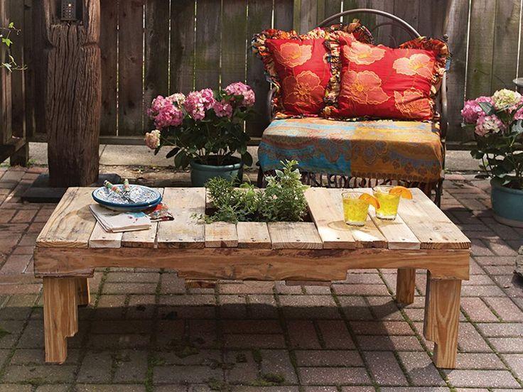 Recicle um palete para criar uma mesa multifuncional.