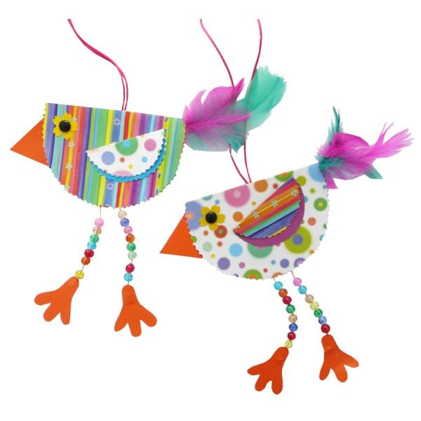Frühling Fensterdeko: Farbenfrohe Vögel mit Kindern basteln. Du brauchst dafür nur: Karton und einen Tonpapierblock, einen Jumbo Stanzer, Glasperlen, Muggelsteine, einen Bindfaden, Flauschfedern und eine Konturenschere. Hier findest Du die komplette Bastelanleitung: www.trendmarkt24.de/bastelideen.mit-kindern-basteln.html#p