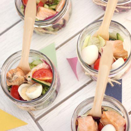 САЛАТ ТЕРИЯКИ С СЕМГОЙ   СОСТАВ: Микс-салат, перепелиное яйцо, помидоры черри, огурец, семга гриль, соус терияки