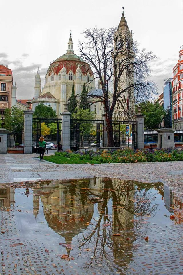 reflejo de la Iglesia de San manuel y San Benito de la Calle de Alcalá.  Esos charcos que tanto me gustan!!! La fotografía esta hecha desde el Parque de El Retiro.