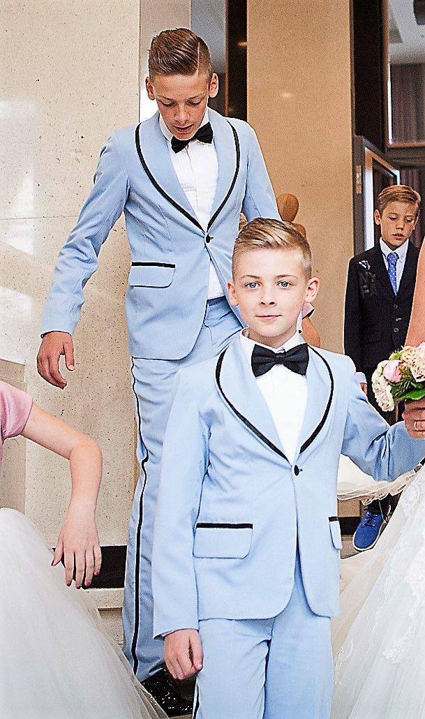 Deze bruidjonkers dragen een kostuum in de jaren 50 stijl. Hetzelfde als de bruidegom in rock & Roll stijl.