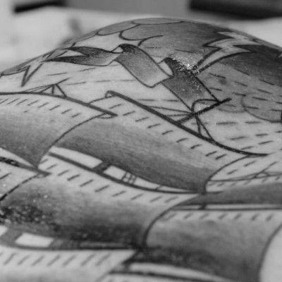 Monsieur Dame est un binôme de réalisateurs, formé par Eve Le Cardonnel et Lou Brian Perez Guerrero, qui vit et travaille à Marseille. Mathias Bugo est tatoueur, un des pionniers du tatouage à Lyon et patron du studio Artribal.  Je vous présente aujourd'hui le fruit de leur collaboration, le magnifique film Et Vogue Le Navire. Une oeuvre indélébile réalisée en 3 jours par le tatoueur, sur le corps de Clément Gervais, pendant le Mondial du Tatouage en 2013.