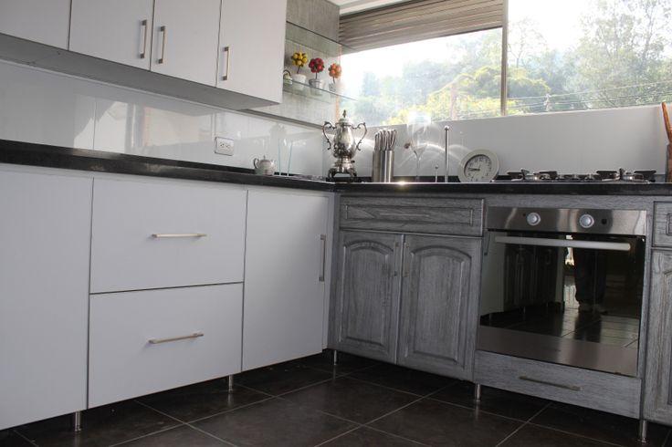 Cocina Patricia Salinas. Ciudad: Medellin / Colombia. Producción: TOTAL. Diseño: TOTAL. Descripción: Modulo inferior de Cocina soportado en Patas en Aluminio.