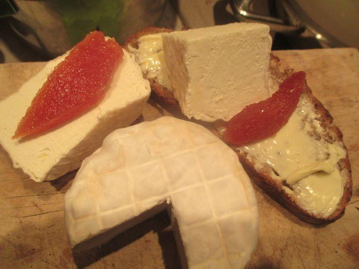 Chaource, kdoulové želé a domácí chleba