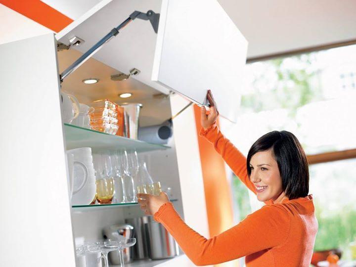Подъемные механизмы для кухонь - это гениальнейшее изобретение! Фасады легко поднимаются и не мешают даже в открытом состоянии. Доставать и ставить в шкафчики кухонные принадлежности очень легко. Механизм работает мягко и бесшумно. Ну и, конечно, это очень красиво! Смотрите сами! #кухня #инновация #мебель #комфорт