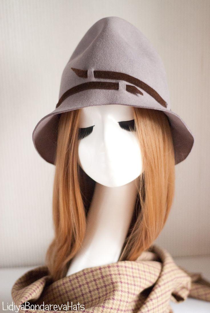 Фетр цвета пыли, оригинальная форма, небанальный декор - налицо все признаки ультрамодной шляпы.  Разумеется, носить стильную шляпку надо иметь определенную смелость или привычку ,но результат того стоит ,поверьте мне. Для полного счастья и гармонии - клетчатый шерстяной шарф.