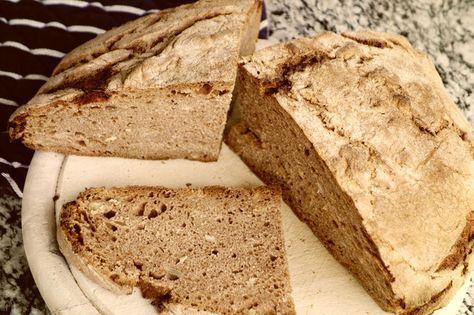 Ganz leicht selbst gesundes und leckeres Sauerteig Brot aus Vollkornmehl (Roggen, Dinkel und/oder Weizen) ansetzen und backen. Schmeckt wie vom Bäcker und dauert (ohne Backzeit) nur 10 Minuten! Kann jeder.  Rezept auf http://www.wasichnocherzaehlenwollte.de/2016/05/03/das-weltbeste-brot/