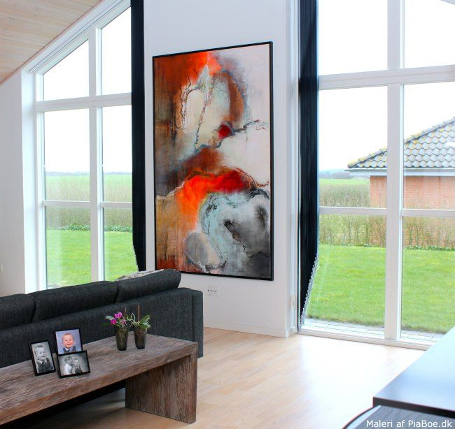 Stort maleri af pia boe på væggen i en stue   se flere eksempler ...