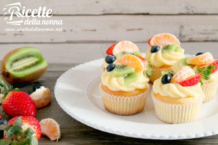 Questi muffin alla crema con frutta sono una variante golosa dei classici dolcetti inglesi. Possono essere guarniti seguendo la propria fantasia per creare un dessert che soddisfi il palato, ma anche la vista. Procedimento Preparate i muffin. Scaldate il forno a 170 °C. In una ciotola capiente sbattete le uova assieme allo zucchero e alla […]