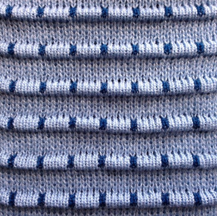 Knit Swatches by Ellen van den Andel. Day 36: Didn't know one could make pleats with little vertical stripes in a different colour. Need to explore this a bit more!