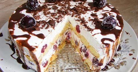 Táto krémová torta nielen úžasne vyzerá, ale taká aj je. Je bohatá na krémovú náplň. Ak aj Vy milujete čerešne, v tejtotorte ich je ohromne veľa. S týmto faktom dopredu počítajte. Ide naozaj o čerešňový koláč so všetkým. Nečakajte preto pár kúskov čerešní. Zamilujete si ho po jedinom súste. Keď sa krémová náplň snúbi s chuťou čerešní, nedá sa tomuto