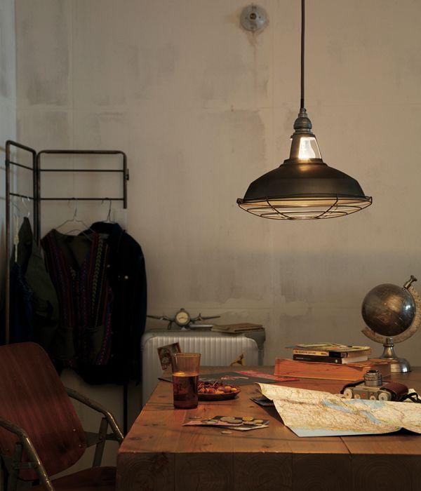 「Fisherman's-pendant」の意匠を継承し、インダストリアルなデザインを享受した、メンズライクなペンダント。王道のアメリカンビンテージテイストだけにとどまらないその魅力は、古き良き時代のあたたかみを感じるフォルムでナチュラルテイストのお部屋にも見事にマッチします。