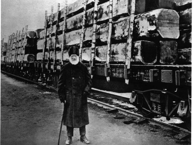 John Rudolphus Booth stands beside a rail car of his timber. john-rudolphus-booth-1827-1925-lumber-magnate-and-entrepre.jpeg (1000×750)