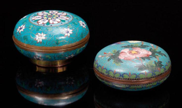 Deux boites circulaires couvertes en bronze cloisonné, décorées pour l'une de fleurs de lotus et pour l'autre de chrysanthèmes et d'un oiseau sur fond turquoise. XIXème siècle. D: 10 et 9 cm