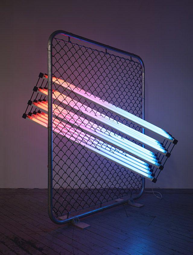 [Light Sculptures by James Clar]. L'artiste américain explore à travers ses différentes créations la place de la technologie et des médias dans notre société et imagine de superbes créations luminaires. Il joue aussi bien sur les messages affichés que sur les formes de ces sculptures.