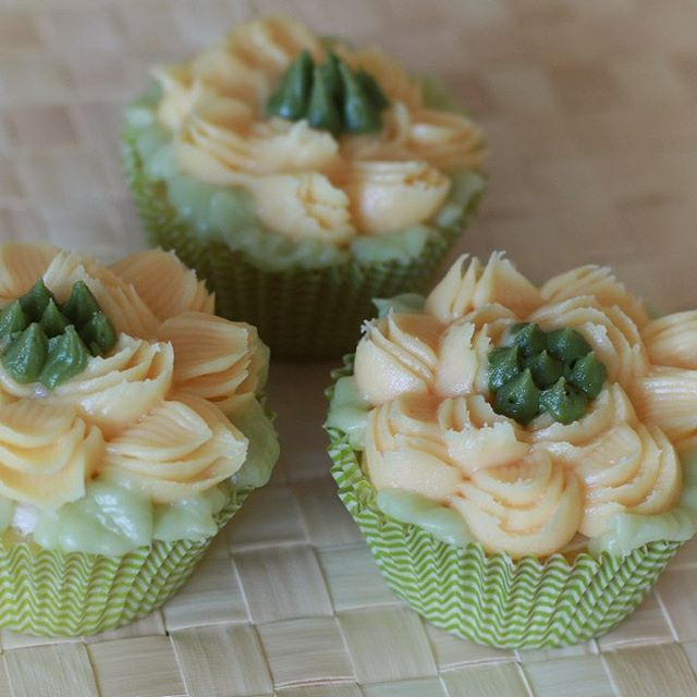 These cupcake were made with the hydrangea and rose thorn Russian tips. I developed a buttercream recipe that works well with these tips. For other good icing recipes have a look at my icing cookbook⚡️Icing Only⚡️from Amazon.com. Russian Tip Butter (scheduled via http://www.tailwindapp.com?utm_source=pinterest&utm_medium=twpin)