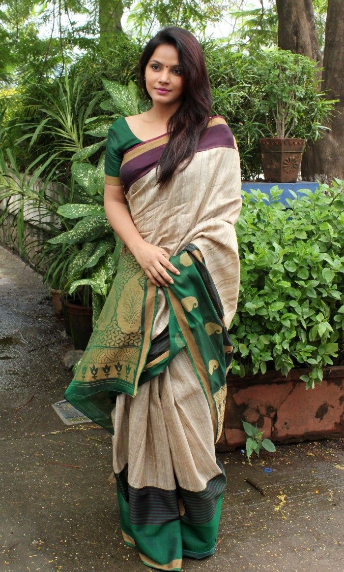 Neetu Chandra in a gorgeous cream saree with brown toned border and contrast plain green blouse. Stunning.