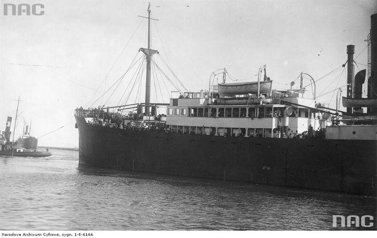 Holowanie statku pasażerskiego.
