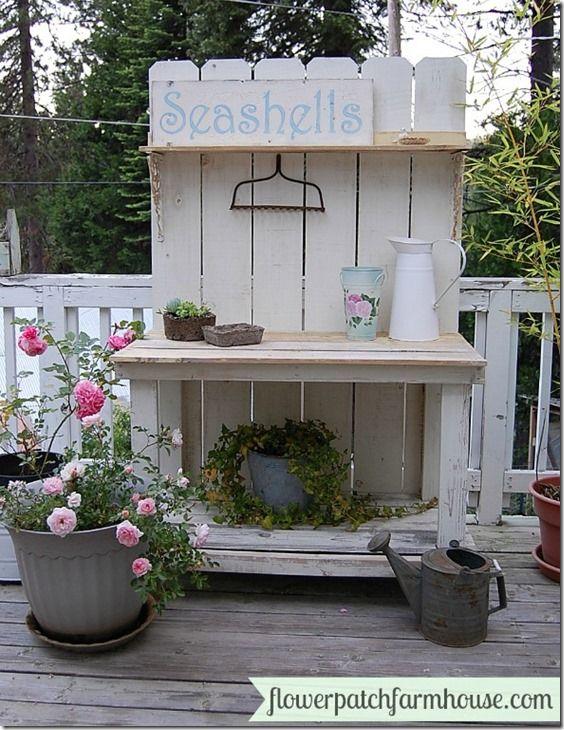 Dieser selbstgebaute kleine Garten-Arbeitsplatz aus Holz ist nicht nur praktisch, sondern auch noch richtig hübsch. Könnt ihr auch gut im Garten oder auf der Terrasse als Deko verwenden. :)