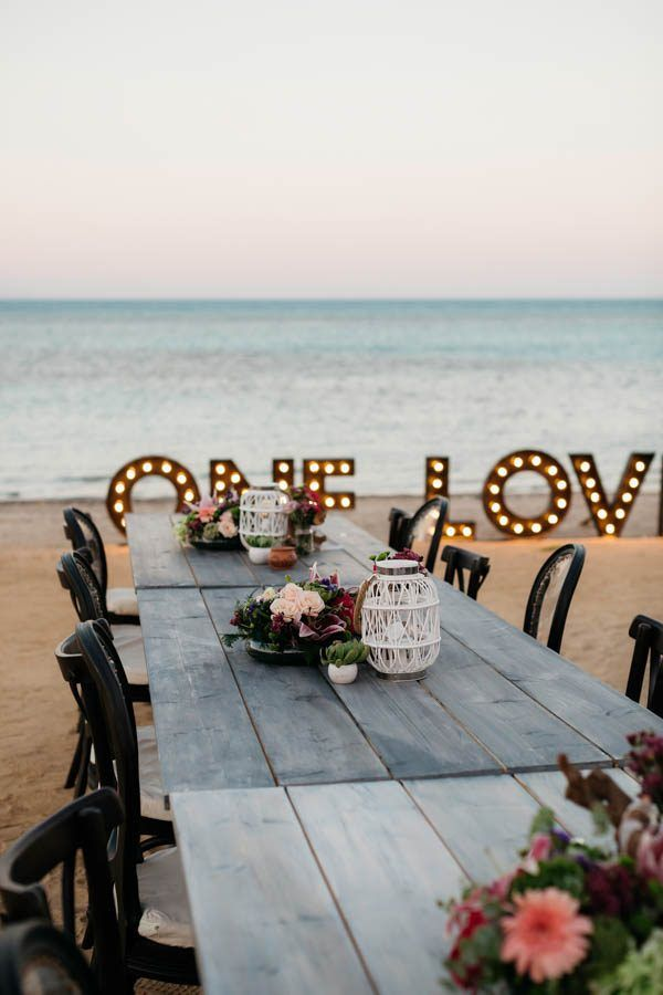 Gorgeous beach wedding reception dinner | Image by Eric Ronald