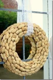 een krans van pinda's voor de vogels