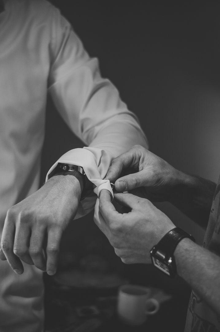 Groom getting ready for his wedding / Bruidegom maakt zich klaar voor zijn bruiloft.  Not taken by me, but by my intern, Cynthia / Niet gemaakt door mij, maar door mijn stagiaire, Cynthia. Ik ben graag jullie trouwfotograaf! real wedding photography spontane trouwfoto's trouwfotografie bruidsfotografie voorbereidingen manchetknopen cuff link trouwdag