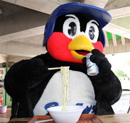 ヤクルトラーメンとオリオンビールを口にするつば九郎=7日、沖縄・浦添(撮影・小倉元司)