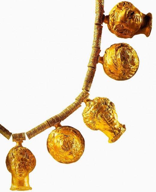 Ожерелье с подвесками в виде львиных и женских голов. Фрагмент  4.в. до н .э. Греция. Археологическое управление, Солерно.