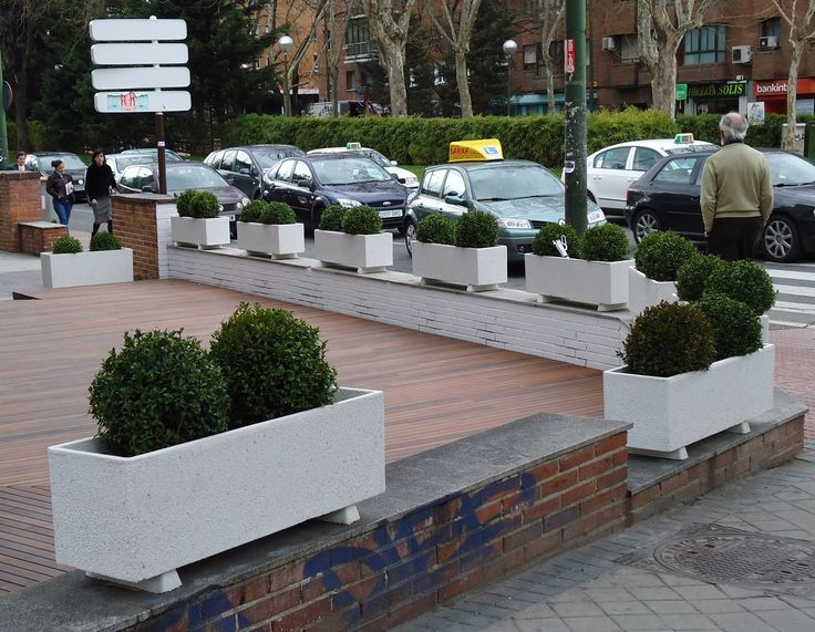 #jardineras para adornar un muro y diferenciar el paso de peatones de la terraza